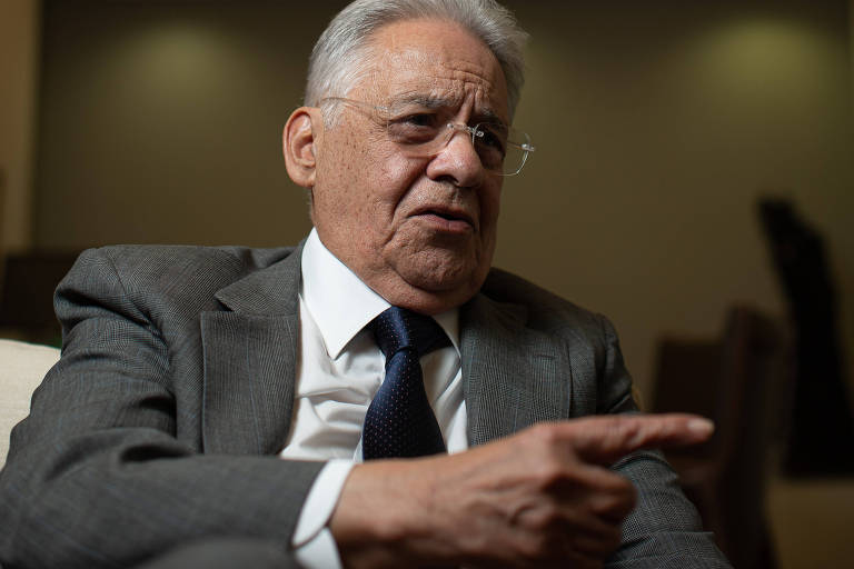 O ex-presidente da República Fernando Henrique Cardoso gesticula em entrevista