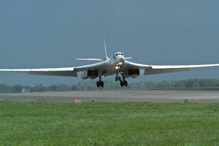 Bombardeiro estratégico russo Tu-160 pousa na base de Engels, sul da Rússia