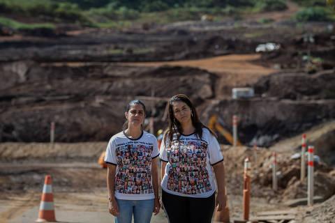 BRUMADINHO, MG, BRASIL, 19-01-2021: Retrato de Josiana Resende e Natália de Oliveira, com a lama do rompimento da barragem de Brumadinho ao fundo. Josiane e Natália perderam as irmãs na tragédia de Brumadinho. Passados dois anos do rompimento da barragem da Vale, em Brumadinho (MG), 11 famílias ainda seguem esperando notícias sobre familiares ainda não localizados na área da lama. (Foto: Eduardo Anizelli/ Folhapress, COTIDIANO) ***EXCLUSIVO***