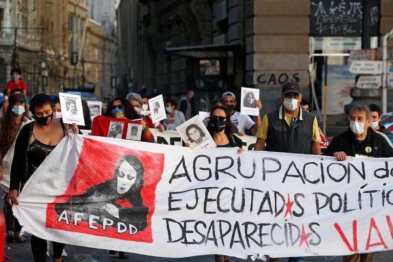 Manifestantes em Valparaíso homenageiam desaparecidos durante ditadura de Augusto Pinochet