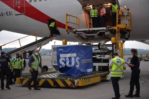Avião chega ao Rio com 2 milhões de doses de vacina para a Covid