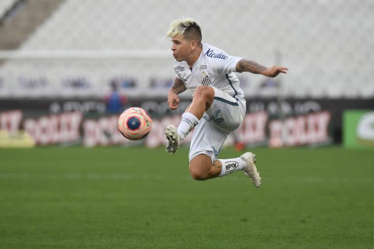 Soteldo domina a bola em jogo contra o Novorizontino, pelo Campeonato Paulista do ano passado