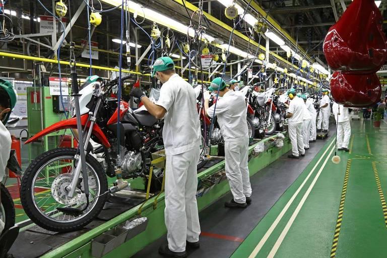 Linha de produção de motos em uma fábrica