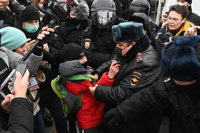 Garoto é detido pela polícia durante ato pró-Navalni em Moscou