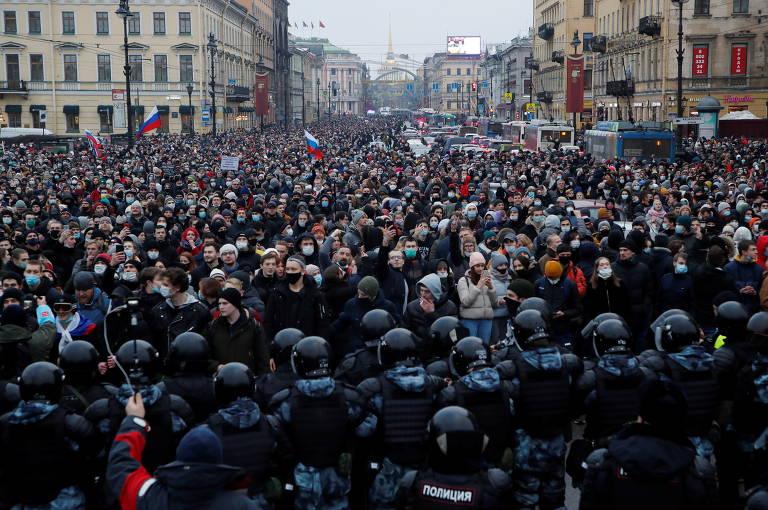 Polícia enfrenta manifestantes na avenida Nevski, em São Petersburgo
