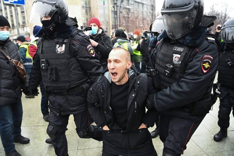 Policiais prendem manifestantes contra o governo no centro de Moscou