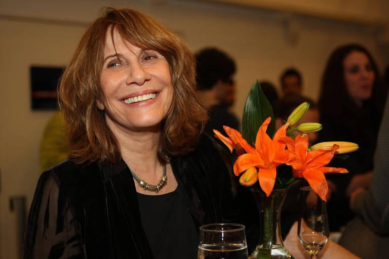 A atriz Renata Sorrah sorri em um evento social