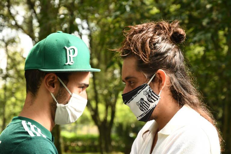Paulo à esquerda e com boné do Palmeiras encara Diego, à direita, com a máscara do Santos