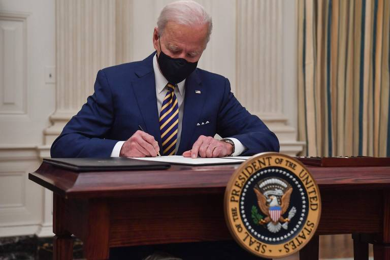 O presidente americano, Joe Biden, assina medidas na Casa Branca