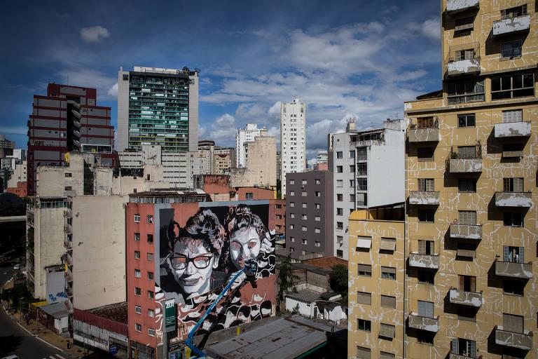Prédio com o grafite, com vista para a avenida Nove de Julho