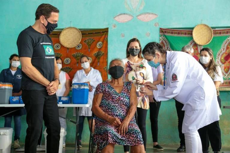 Governador João Doria (PSDB) durante imunização de quilombolas no interior de SP