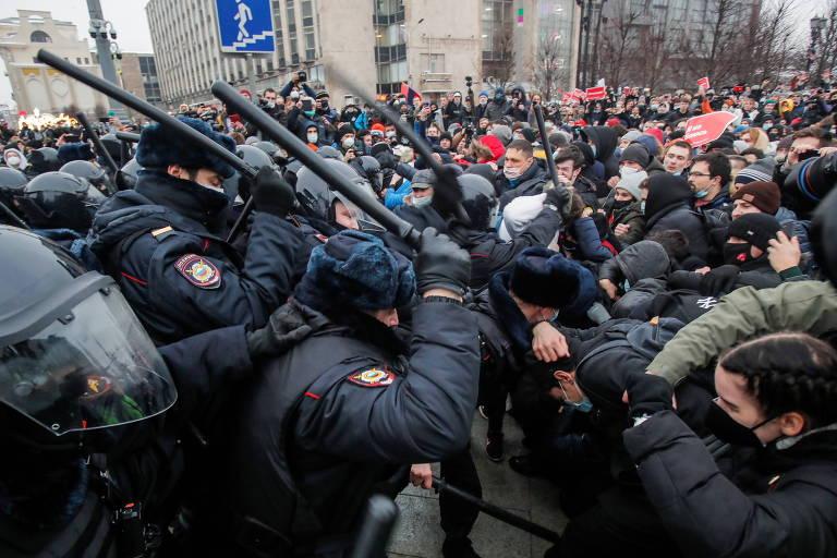 Policiais se chocam com manifestantes pró-Navalni no centro de Moscou