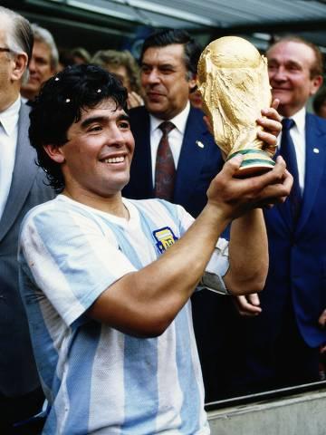 Futebol: o jagador Diego Maradona, da Argentina, levanta o troféu durante a comemoração da vitória contra a Alemanha, na final da Copa do Mundo de 1986, no Estádio Azteca, na Cidade do México. *** Mexico City, Mexico - Diego Maradona of Argentina lifts the trophy and celebrates winning the FIFA World Cup final on 29 June 1986 against West Germany at the Azteca Stadium in Mexico City. Argentina won the match 3-2. (Photo by Michael King/Getty Images)  ***DIREITOS RESERVADOS. NÃO PUBLICAR SEM AUTORIZAÇÃO DO DETENTOR DOS DIREITOS AUTORAIS E DE IMAGEM***