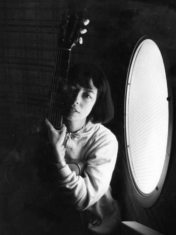 SÃO PAULO, SP, BRASIL, 22-06-1988: Música: a cantora Nara Leão, durante entrevista no terraço do hotel Augusta Park, posa para foto, em São Paulo (SP). (Foto: Maso Goto Filho/Folhapress)