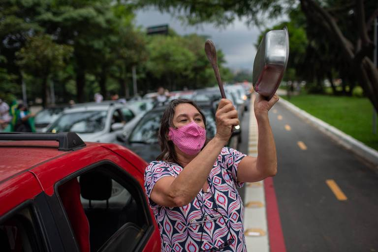 Manifestante durante a carreata contra Bolsonaro neste sábado, em São Paulo