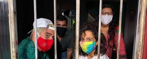 ThiagoMartins, Juliano Cazarré, Nanda Costa e Regina Casé em Amor de Mãe, em tempos de pandemia