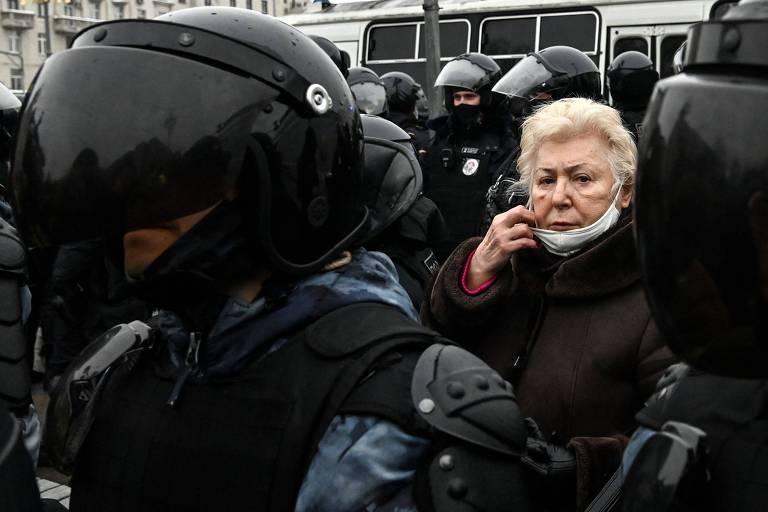 Uma idosa é detida pela polícia durante manifestação pró-Navalni na tarde de sábado (23) em Moscou