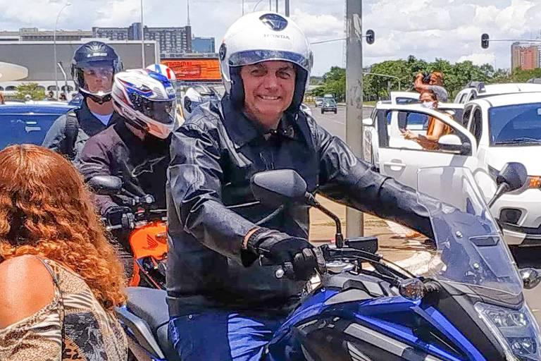 Presidente Jair Bolsonaro passeia de motocicleta neste domingo (24), em Brasília (DF)