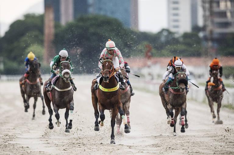 Corrida de cavalos de 1.200 metros na areia