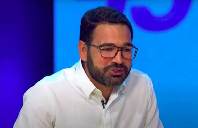 Homem com óculos e camisa branca
