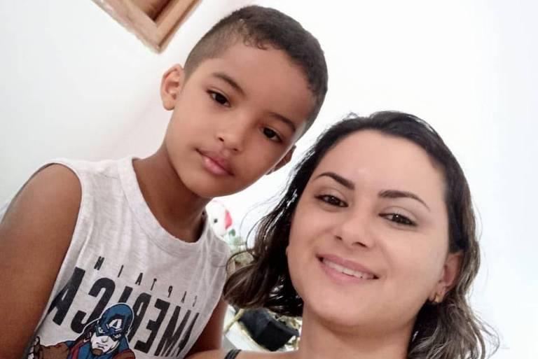 Durante o período sem aulas, a auxiliar de enfermagem, Janaina de Medeiros Dias, dividiu com o marido a tarefa de começar a alfabetizar o filho em casa