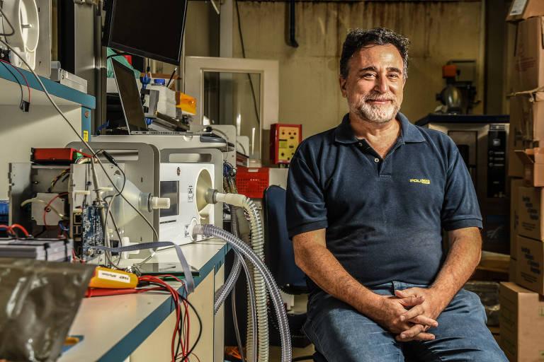 O professor Marcelo Knörich Zuffo, coordenador do Centro Interdisciplinar em Tecnologias Interativas da USP, com os respiradores de baixo custo produzidos por sua equipe com outras áreas da universidade, para ajudar no combate ao novo coronavírus