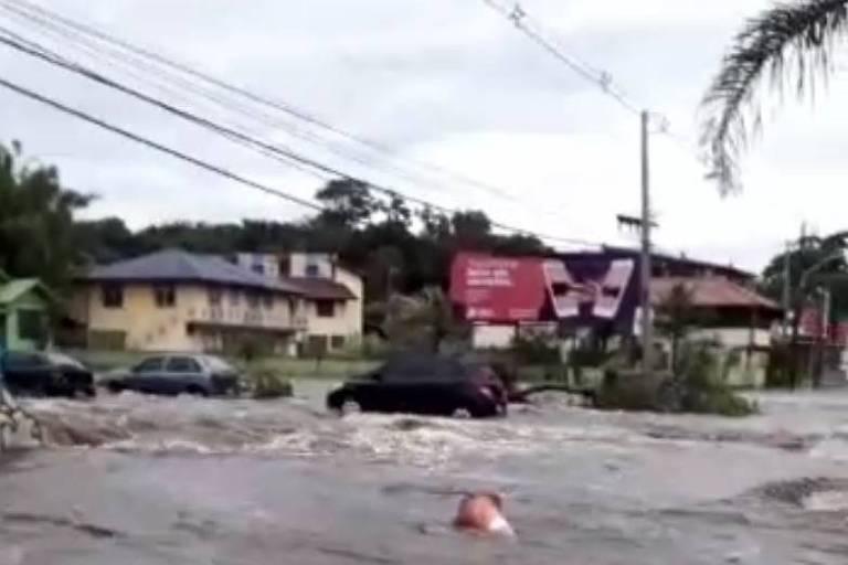 Avenida fica submersa em Florianópolis após chuvas e rompimento de lagoa artificial
