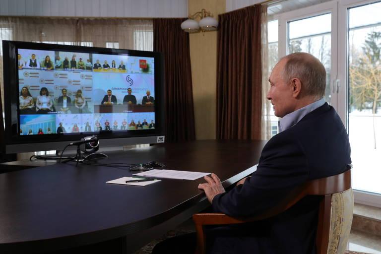 Putin fala por videoconferência com universitários na residência oficial de Zavidovo, noroeste de Moscou