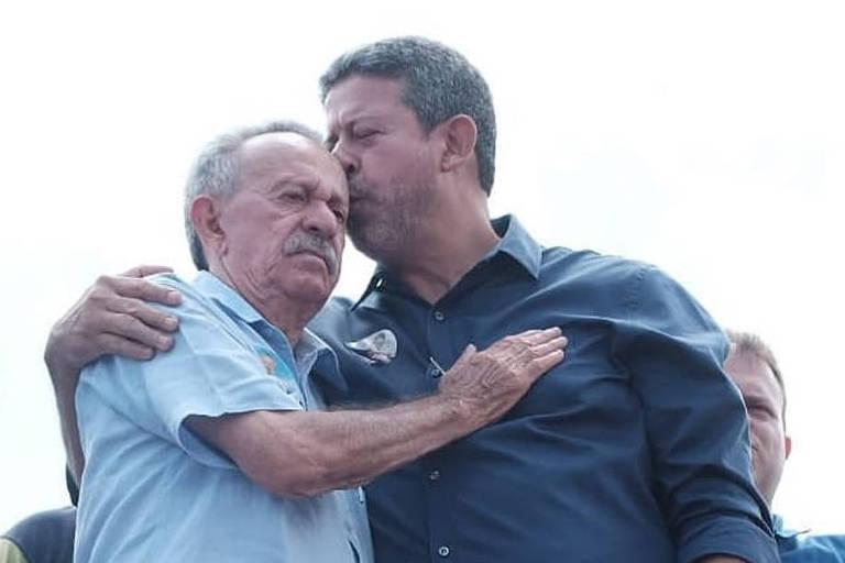 Arthur Lira beija o pai, Benedito de Lira