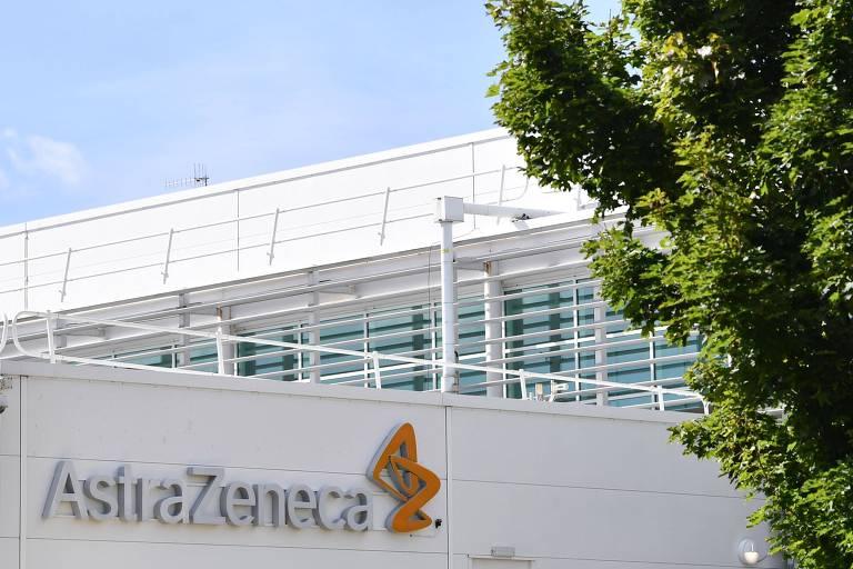 Fachada branca com logotipo AstraZeneca