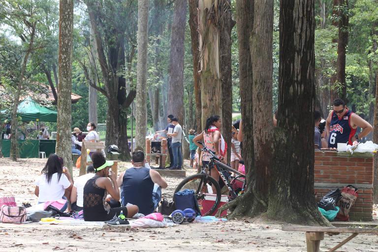 Frequentadores se aglomeram sem máscaras em parque da zona leste de SP
