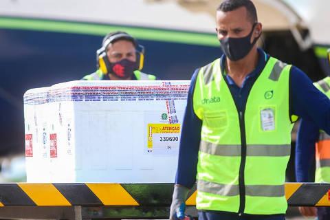 TERESINA, PI, 24.01.2021 - VACINA-CORONAVÍRUS-PI - Chegada de 24 mil doses da vacina da Universidade de Oxford/Astrazeneca no aeroporto Petrônio Portella, em Teresina, neste domingo (24). Este é o segundo lotedo imunizante que chega ao Piauí. No dia 18, o estado recebeu doses da Coronavac.  (Foto: Roberta Aline/Folhapress) ***PARCEIRO FOLHAPRESS - FOTO COM CUSTO EXTRA E CRÉDITOS OBRIGATÓRIOS***