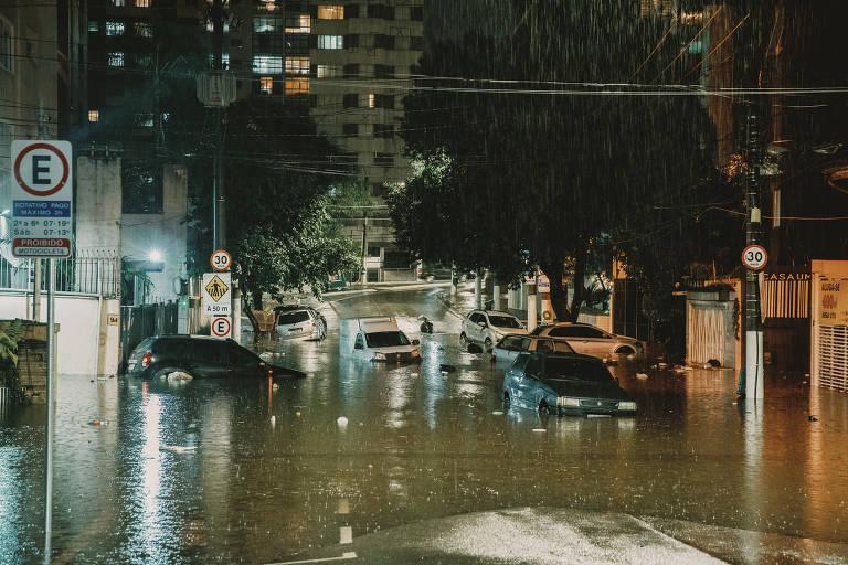 Chuva forte em São Paulo, no dia do aniversário da cidade, deixou carros boiando no bairro de Higienópolis