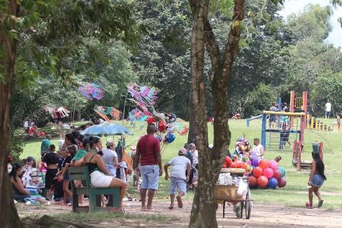 SAO PAULO, SP, 25/01/2021, BRASIL - PANDEMIA DA COVIDE19 -13:42:05 - O Governador Joao Doria anunciou novas restrioees para conter o aumento de casos, internaoees e mortes em decorrencia do coronavirus. A partir de segunda-feira (25). Parque do Carmop esta funcionando normalmente. Rivaldo Gomes/Folhapress, NAS RUAS -