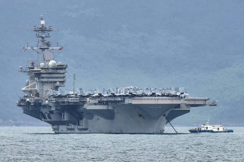 FILE PHOTO: The USS Theodore Roosevelt (CVN-71) is pictured as it enters the port in Da Nang, Vietnam, March 5, 2020. REUTERS/Kham/File Photo ORG XMIT: FW1