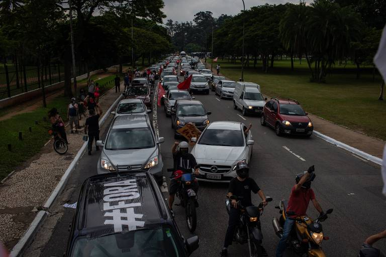 Esquerda e direita organizam carreatas a favor do impeachment de Bolsonaro em São Paulo