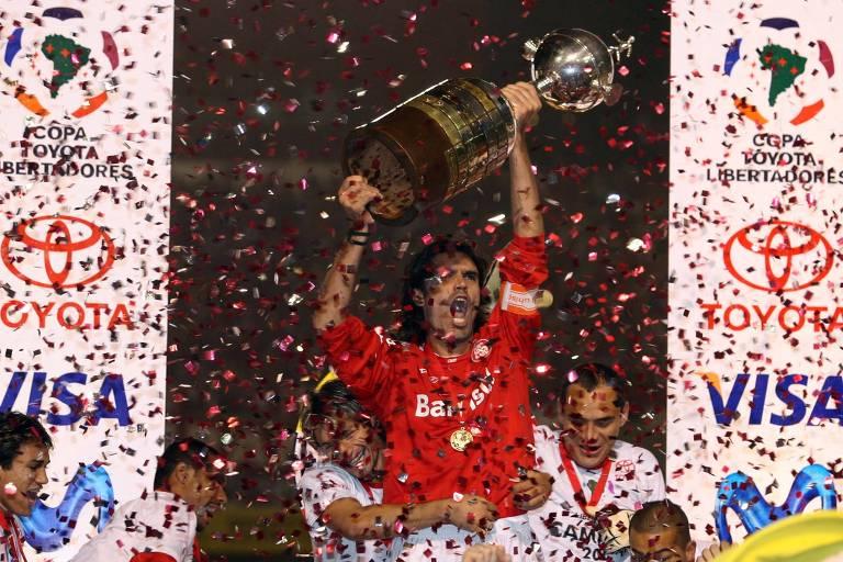 Fernandão ergue a taça da Libertadores após o Internacional superar o São Paulo na decisão de 2006