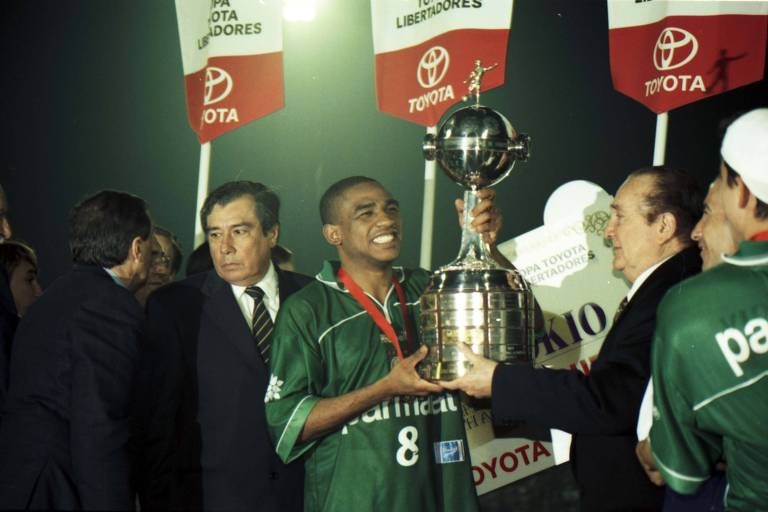 Cesar Sampaio levanta a taça de campeão da Libertadores de 1999
