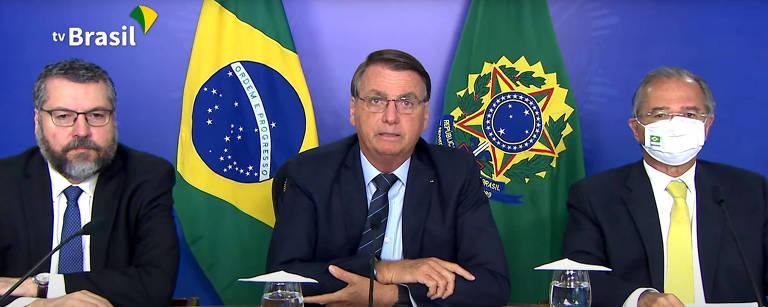 O presidente Jair Bolsonaro ao lado dos ministros Paulo Guedes e Ernesto Araujo,  participa por videoconferência de um seminário sobre investimentos na América Latina, realizado pelo banco Credit Suisse