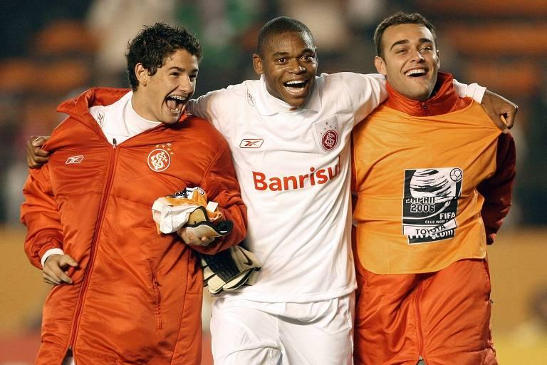 Luiz Adriano comemora a vitória sobre Al Ahly, no Mundial de 2006, com Alexandre Pato e goleiro Renan