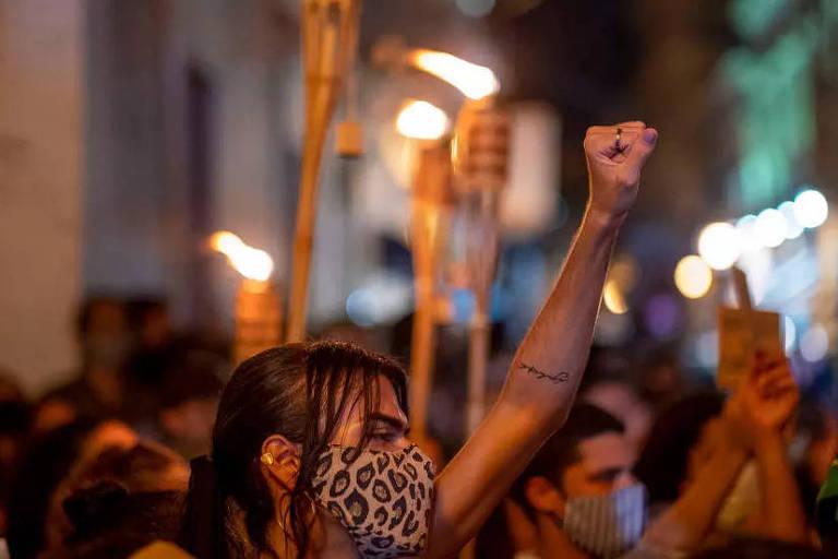 Manifestantes, liderados pelo grupo Coletivo Feminista, exigem que Porto Rico declare estado de emergência em resposta aos recentes feminicídios, agressões e desaparecimento de mulheres em San Juan