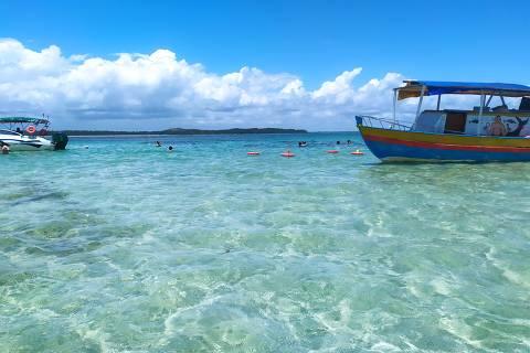 Barcos levam turistas às piscinas naturais de Moreré, na ilha de Boipeba (BA)