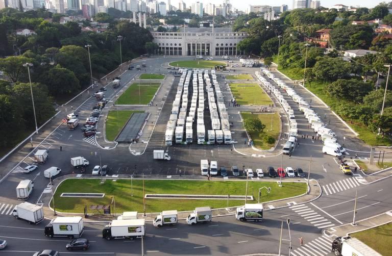 Veículos concentrados diante do estádio antes da carretada