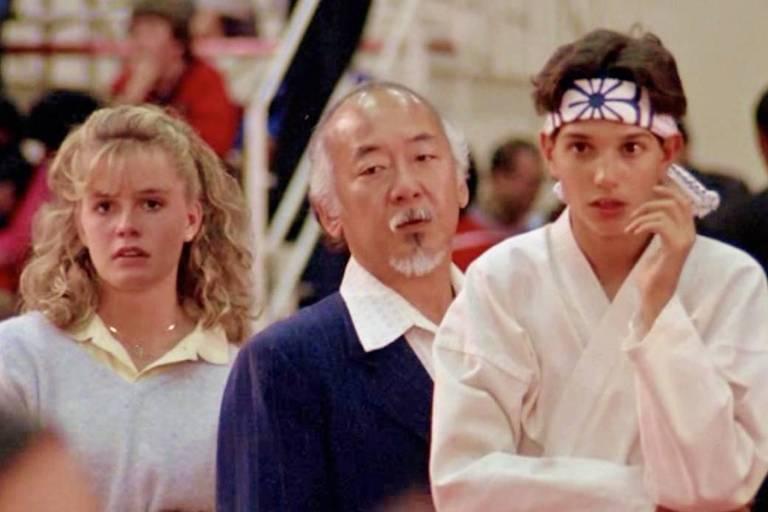 """Elisabeth Shue, Pat Morita e Ralph Macchio em cena de """"Karatê Kid"""", de 1984"""