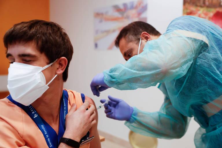 Escassez faz Espanha suspender aplicação de 1ª dose de vacina