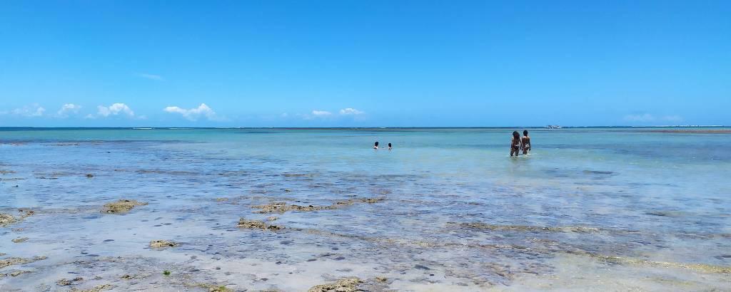 Turistas em piscinas naturais na praia de Moreré, na ilha de Boipeba (BA)