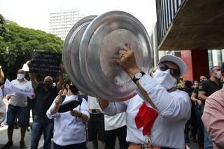 Protesto contra o fechamento de serviços não essenciais em São Paulo