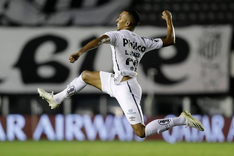 Lucas Braga, do Santos, salta e soca o ar para comemorar seu gol contra o Boca Juniors pela semifinal da Libertadores