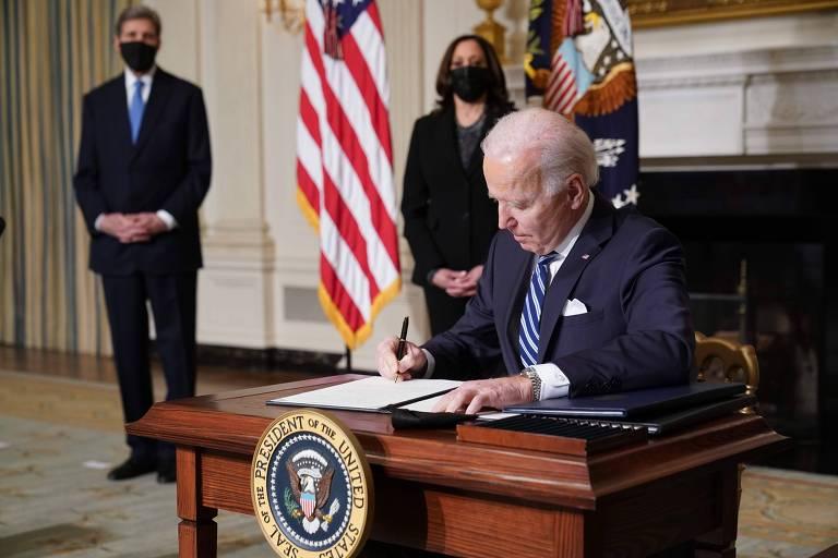 Junto a John Kerry, enviado especial para o clima, e Kamala Harris, vice-presidente dos EUA, Joe Biden assina ordens executivas relacionadas à agenda climática