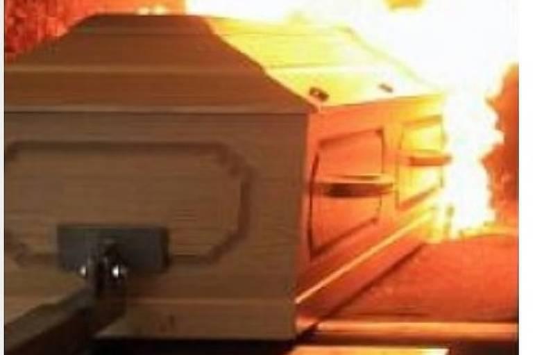 Imagem de caixão quase cremado na Argentina